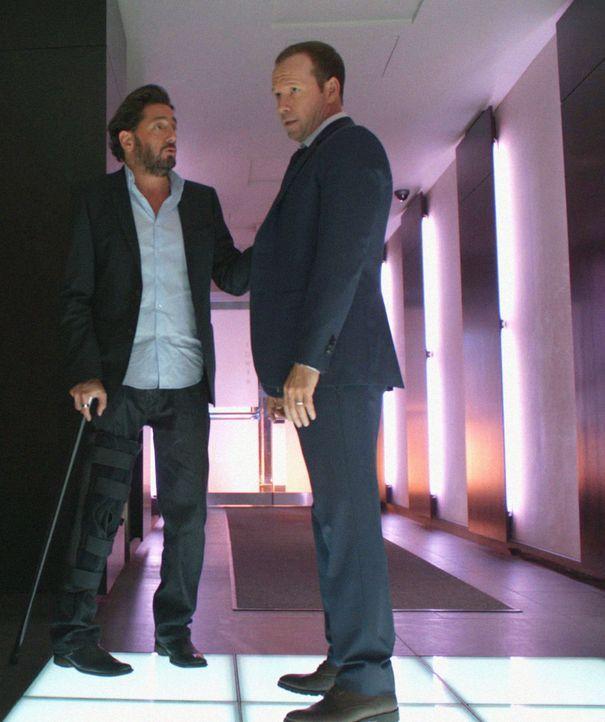 Wird Danny (Donnie Wahlberg, r.) das Angebot des reichen Künstlers Vince (Reg Rogers, l.) annehmen? - Bildquelle: 2012 CBS Broadcasting Inc. All Rights Reserved.
