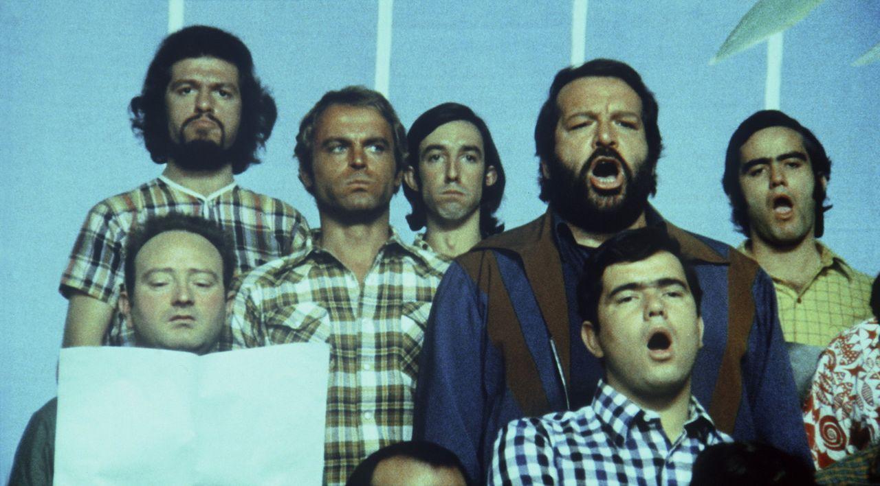 Kid (Terence Hill, 3.v.l.) und Ben (Bud Spencer, hinten 2.v.r.) sind nun wirklich keine Chorknaben, aber im Grunde haben die beiden Draufgänger ein... - Bildquelle: Columbia Pictures