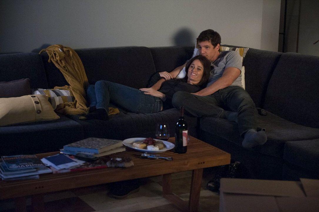 Teresa (Robin Tunney, l.) hat sich endlich dafür entschieden, mit Marcus (Pedro Pascal, r.) nach Washington zu gehen. Der ist überglücklich ... - Bildquelle: Warner Bros. Television