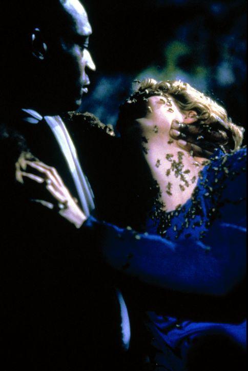 Helen (Virginia Madsen, r.) wird von dem Candyman (Tony Todd, l.) in eine Welt, außerhalb der Realität entführt ... - Bildquelle: TriStar Pictures
