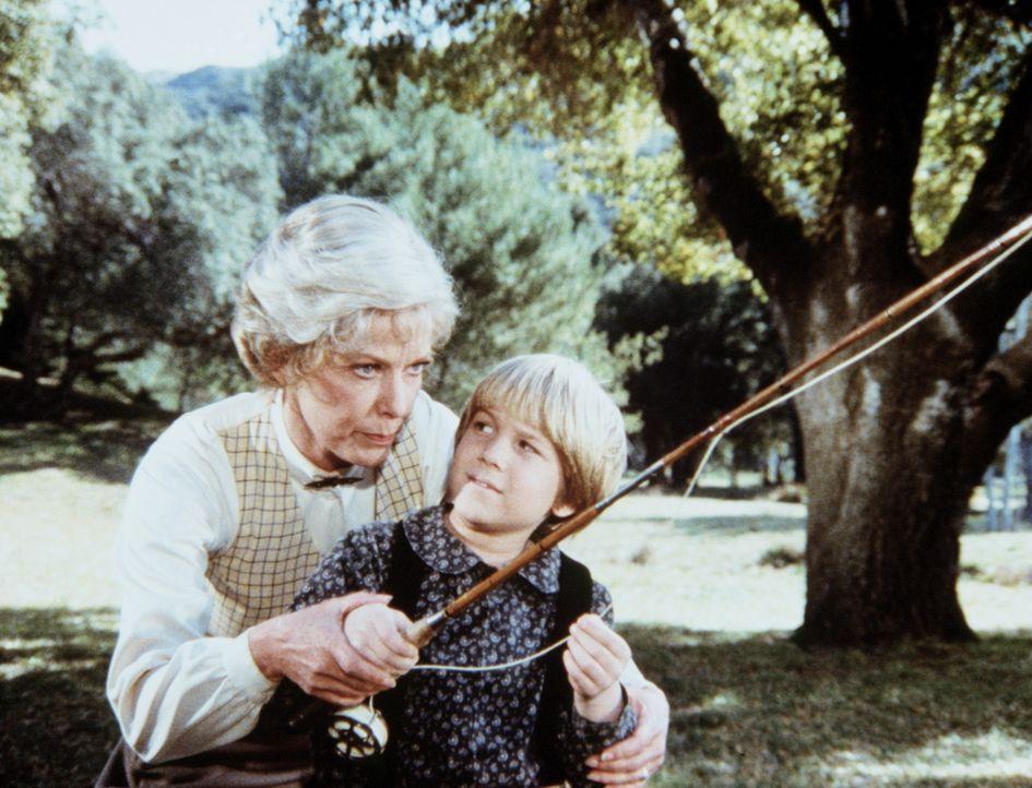 Ruthy Leland (Vera Miles, l.) zeigt Jason Carter (David Friedman, r.) eine völlig neue Art des Angelns. - Bildquelle: Worldvision
