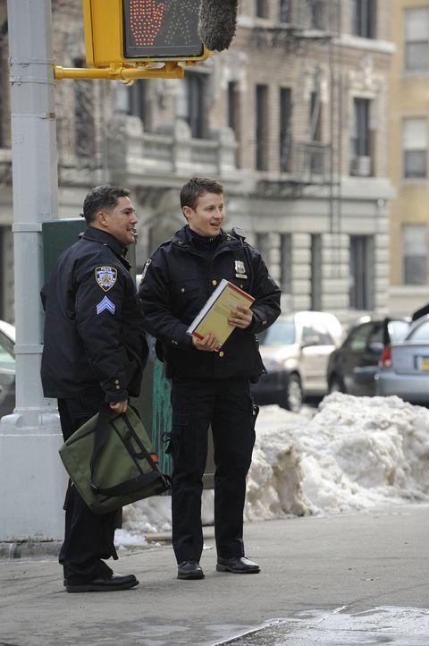 Sgt. Anthony Renzulli (Nicholas Turturro, l.) und Jamie Reagan (Will Estes, r.) haben einen Graffitysprayer auf frischer Tat ertappt, doch der junge... - Bildquelle: 2010 CBS Broadcasting Inc. All Rights Reserved
