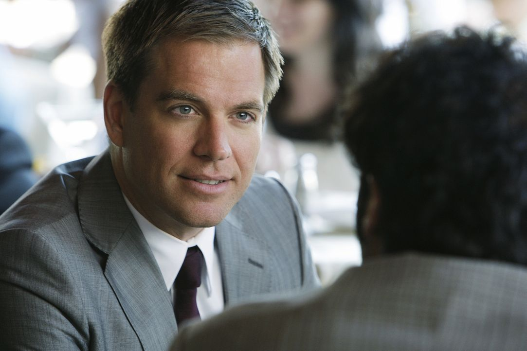 Tony (Michael Weahterly, l.) versucht auf eigene Faust herauszufinden, ob Rivkin (Merik Tadros, r.) etwas mit dem Mord an Tom Sherman zu tun hat ... - Bildquelle: CBS Television
