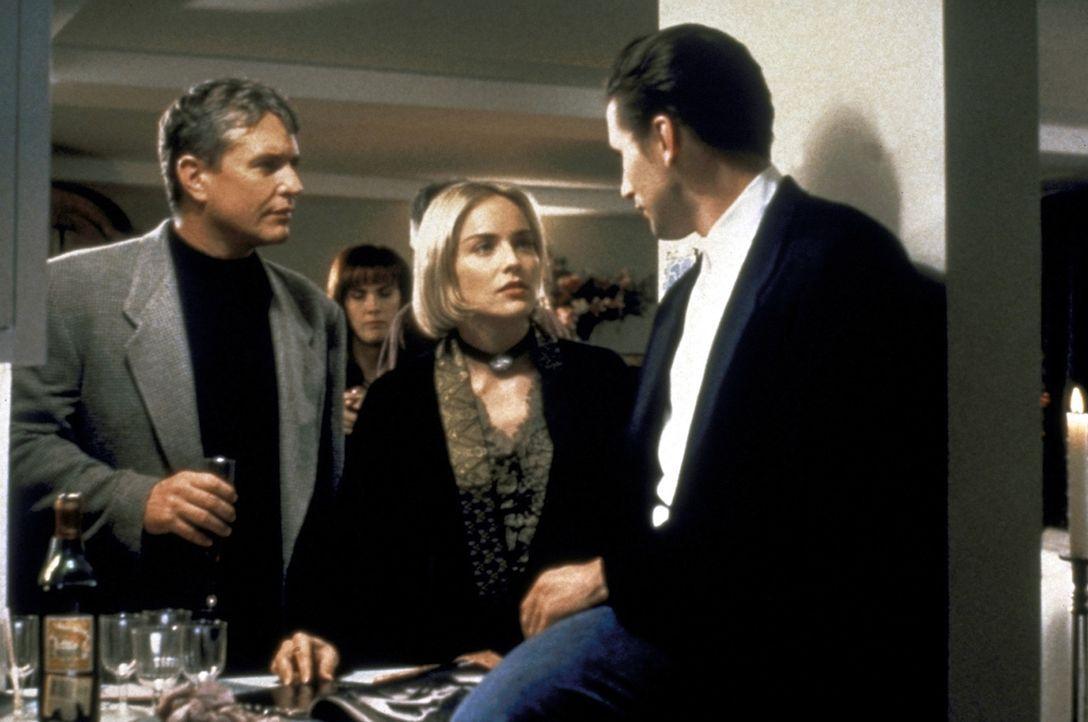 Jack Landsford (Tom Berenger, l.) und Zeke Hawkins (William Baldwin, r.) informieren die neue Mieterin Carly Norris (Sharon Stone) über die mysteri... - Bildquelle: Paramount Pictures