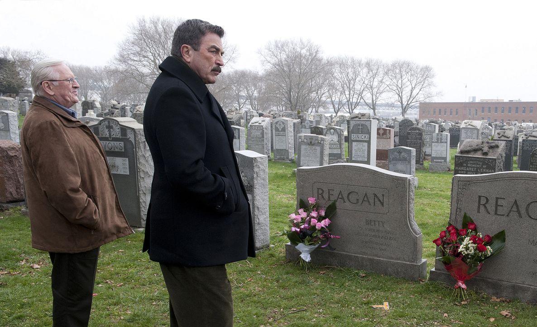 Denken am Familiengrab an ihre verstorbenen Verwandten: Henry (Len Cariou, l.) und Frank Reagan (Tom Selleck, r.) ... - Bildquelle: 2010 CBS Broadcasting Inc. All Rights Reserved