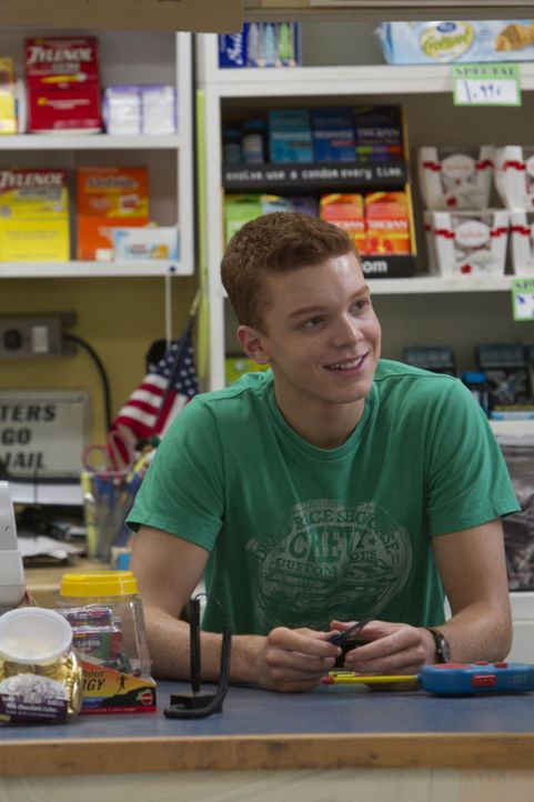 Auch wenn die Beziehung zu Kash mittlerweile vorbei ist, arbeitet Ian (Cameron Monaghan) weiter mit ihm im Supermarkt ... - Bildquelle: 2010 Warner Brothers