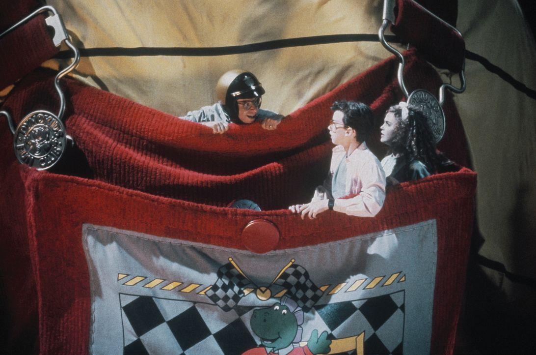 In luftigen Höhen unterwegs mit einem Riesenbaby: Wayne (Rick Moranis, l.), Nick (Robert Oliveri, M.) und Mandy (Keri Russell, r.) ... - Bildquelle: Walt Disney