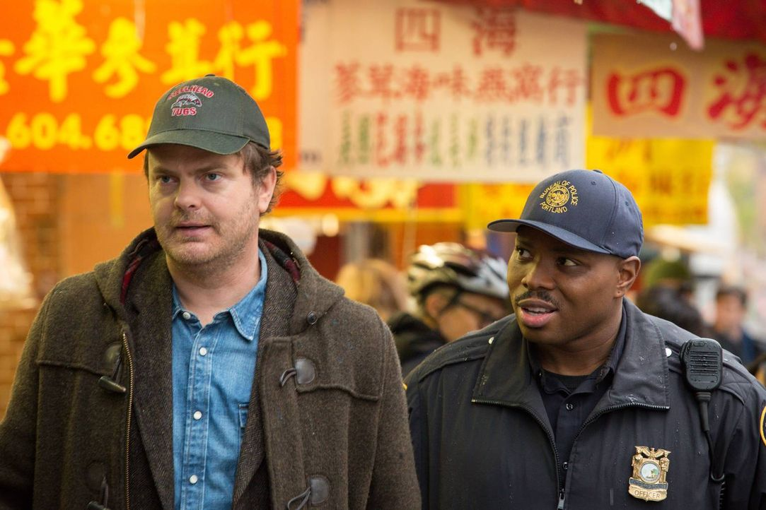 Decken ein gigantisches, illegales Unternehmen auf:  Backstrom (Rainn Wilson, l.) und Officer Moto (Page Kennedy, r.) ... - Bildquelle: 2015 Fox and its related entities. All rights reserved.