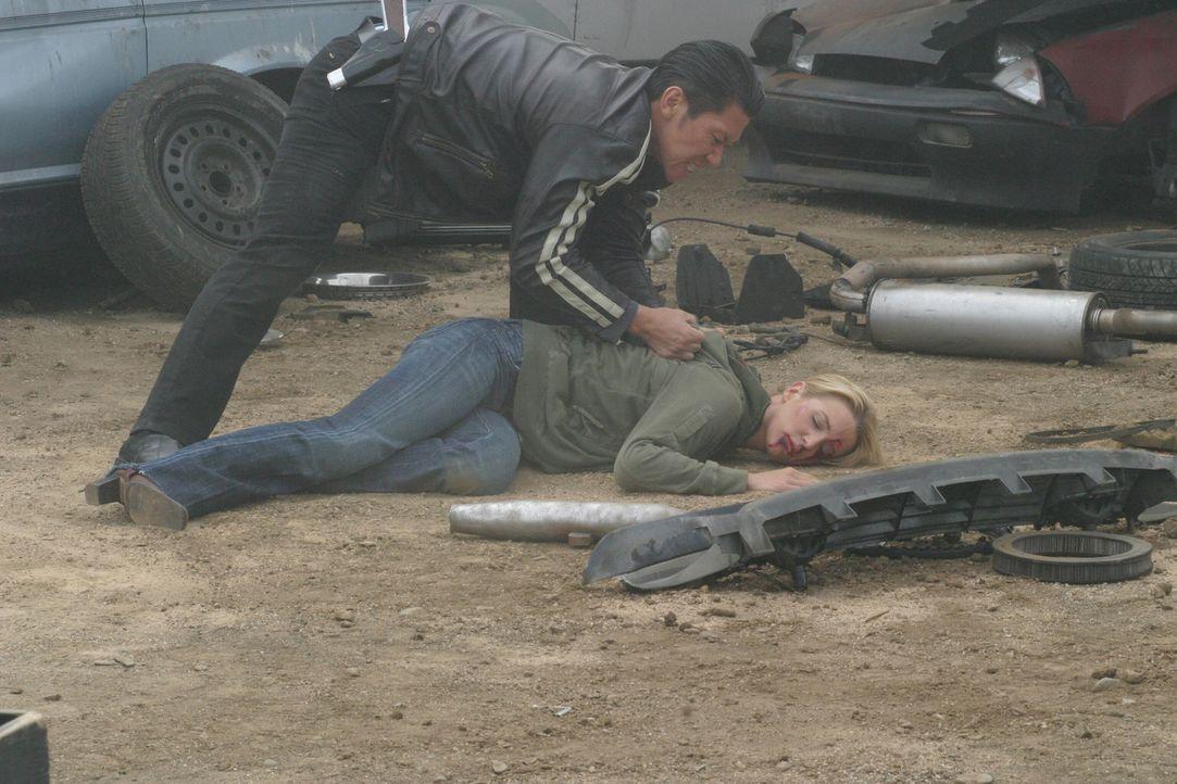 Samantha Spade (Poppy Montgomery, liegend) ist von dem Drogenkurier Niran (Boyuen, l.) brutal zusammengeschlagen worden ... - Bildquelle: Warner Bros. Entertainment Inc.