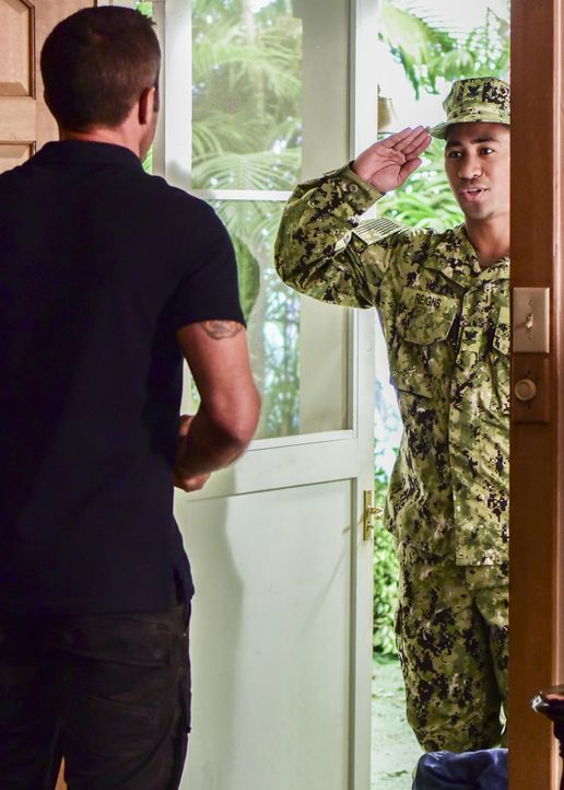 McGarrett (Alex O'Loughlin, l.) bekommt Besuch von Junior Reigns (Beulah Koale, r.), einem ehemaligen Navy-SEAL, der gerade von einem Kriegseinsatz... - Bildquelle: Norman Shapiro 2017 CBS Broadcasting Inc. All Rights Reserved. / Norman Shapiro