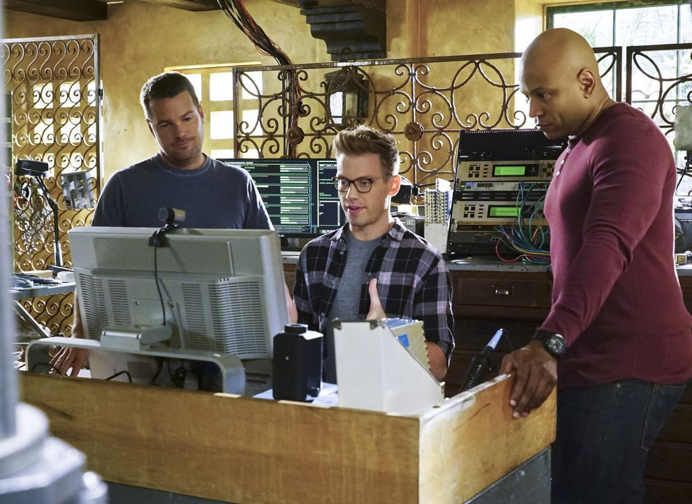 Das NCIS-Team um Eric (Barrett Foa, M.), Callen (Chris O'Donnell, l.) und Sam (LL Cool J, r.) versuchen alles, um ein vermisstes Mädchen zu finden.... - Bildquelle: Richard Cartwright 2015 CBS Broadcasting, Inc. All Rights Reserved.