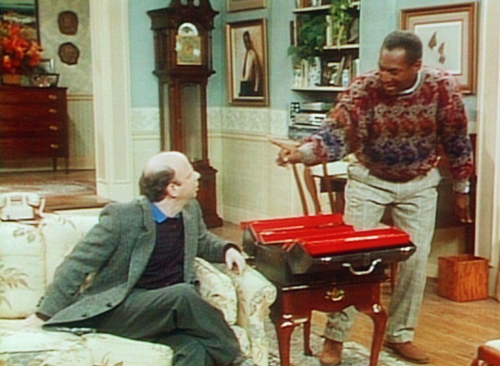 Cliff (Bill Cosby, r.) will seinem Freund Jeffrey (Wallace Shawn, l.) die Bohrmaschine zurückgeben, die dieser ihm vor langer Zeit geliehen hat, do... - Bildquelle: Viacom