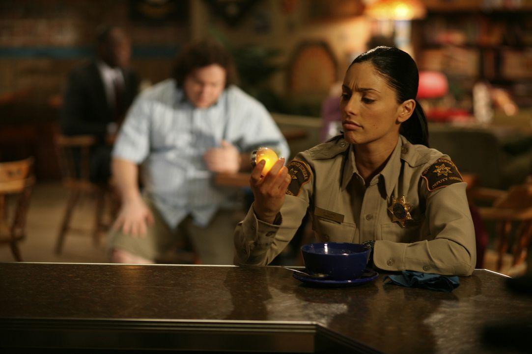 Sorgt für Ordnung in Eureka: Lupo (Erica Cerra) ... - Bildquelle: Universal Television