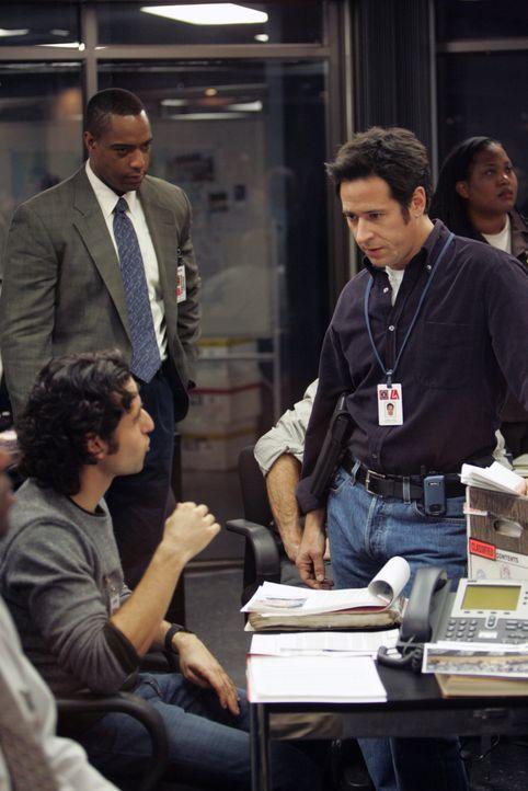 Mit Hilfe von Charlie (David Krumholtz, l.) erhoffen sich Don (Rob Morrow, r.) und David (Alimi Ballard, M.), einen neuen Fall lösen zu können ... - Bildquelle: Paramount Network Television