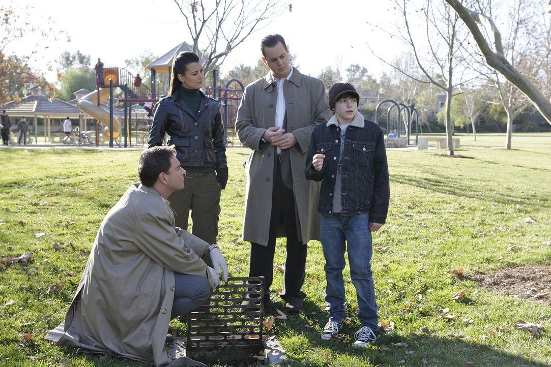Noah Taffet (Braeden Lemasters, r.), der 12-jährige Sohn eines Navy-Commanders, findet auf dem heimischen Navy-Stützpunkt eine Waffe, die er zu Haus... - Bildquelle: CBS Television