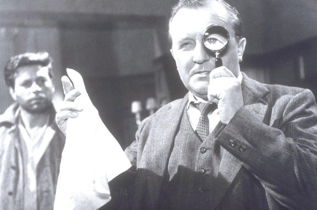 Inspektor Elk (Siegfried Lowitz) ist auf der Suche nach Durchblick in einem mysteriösen Fall. - Bildquelle: Constantin Film