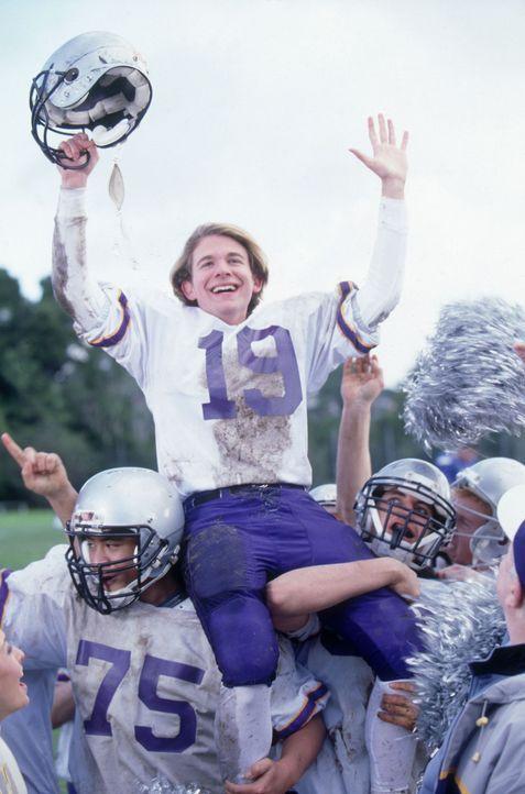 Eines Morgens wacht Alex (A.J. Trauth) auf und ist der beste Football-Spieler seiner Schule ... - Bildquelle: The Disney Channel