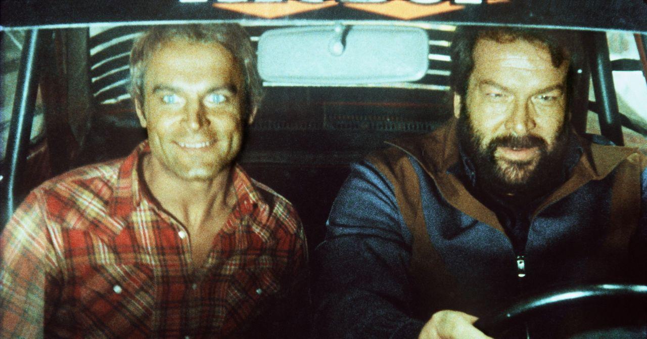 Kid (Terence Hill, l.) und Ben (Bud Spencer, r.) strahlen, bei einem Rennen haben die beiden Draufgänger einen Buggy gewonnen ... - Bildquelle: Columbia Pictures