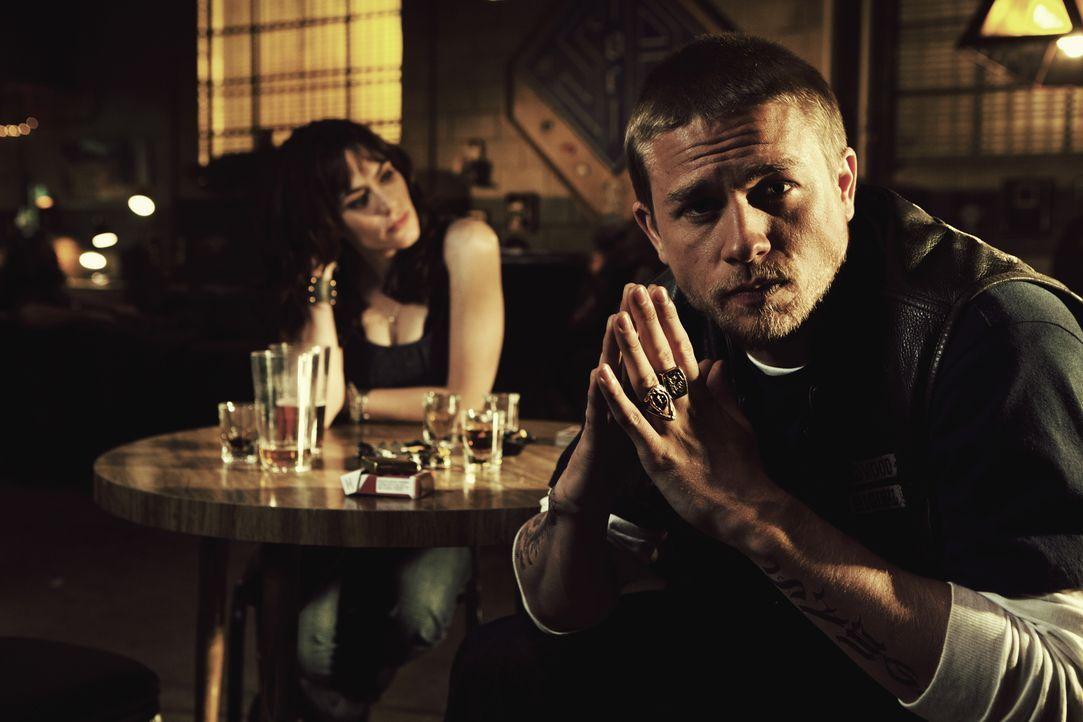 (4. Staffel) - Für Tara (Maggie Siff, l.) würde Jax (Charlie Hunnam, r.) alles tun, aber sie auch für ihn? - Bildquelle: 2011 Twentieth Century Fox Film Corporation and Bluebush Productions, LLC. All rights reserved.