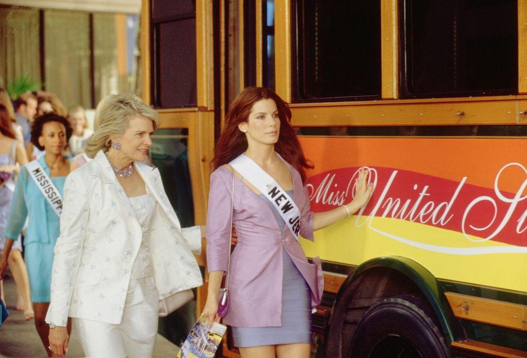 """Gracie Hart (Sandra Bullock, r.) tritt als """"Miss New Jersey"""" bei der Miss America Wahl an, um einem Bombenleger das Handwerk zu legen. Unglücklicher... - Bildquelle: 2000. Warner Brothers International Television Distribution Inc."""