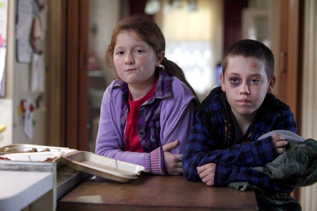 Die Einzigen, die noch an den Entzug ihres Vaters glauben, sind Debbie (Emma Kenney, l.) und Carl (Ethan Cutkosky, r.) ... - Bildquelle: 2010 Warner Brothers
