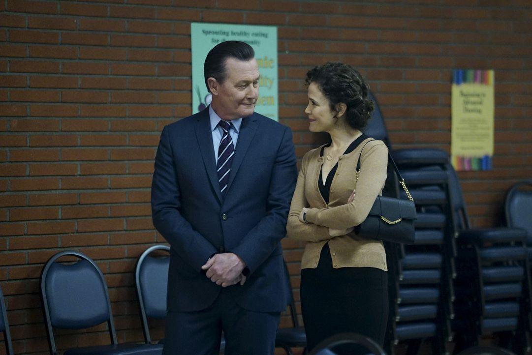 Die noch junge Beziehung zwischen Cabe (Robert Patrick, l.) und Allie (Reiko Aylesworth, r.) könnte so schön sein, würde Cabe sich nicht ständig Ged... - Bildquelle: Sonja Flemming 2016 CBS Broadcasting, Inc. All Rights Reserved.