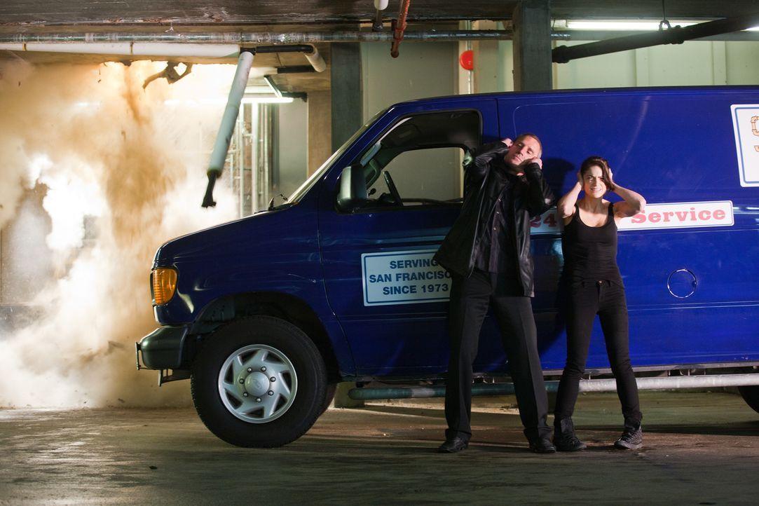 Noch ist Ames (Janet Montgomery, r.) nicht aus den kriminellen Machenschaften mit Gangster Yuri (Douglas O'Keefe, l.) raus ... - Bildquelle: 2011  Warner Bros.
