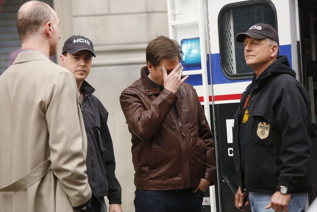 Als Tony (Michael Weatherly, 2.v.r.) sich mit seinem Vater in einem Hotel treffen will, wird er prompt in einen Fall verwickelt und muss das private... - Bildquelle: CBS Television