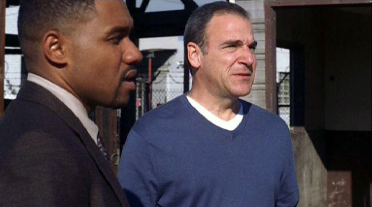 Special Agent Jason Gideon (Mandy Patinkin, r.) und Det. Fuller (Kent Faulcon, l.) sind einem traumatisierten Soldaten auf der Spur, der mordend dur... - Bildquelle: Touchstone Television