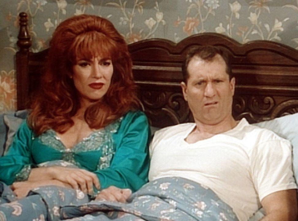 Peggy (Katey Sagal, l.) kann es nicht fassen: Eine Millionärin hat tatsächlich 500.000 Dollar für Al (Ed O'Neill, r.) geboten. - Bildquelle: Columbia Pictures