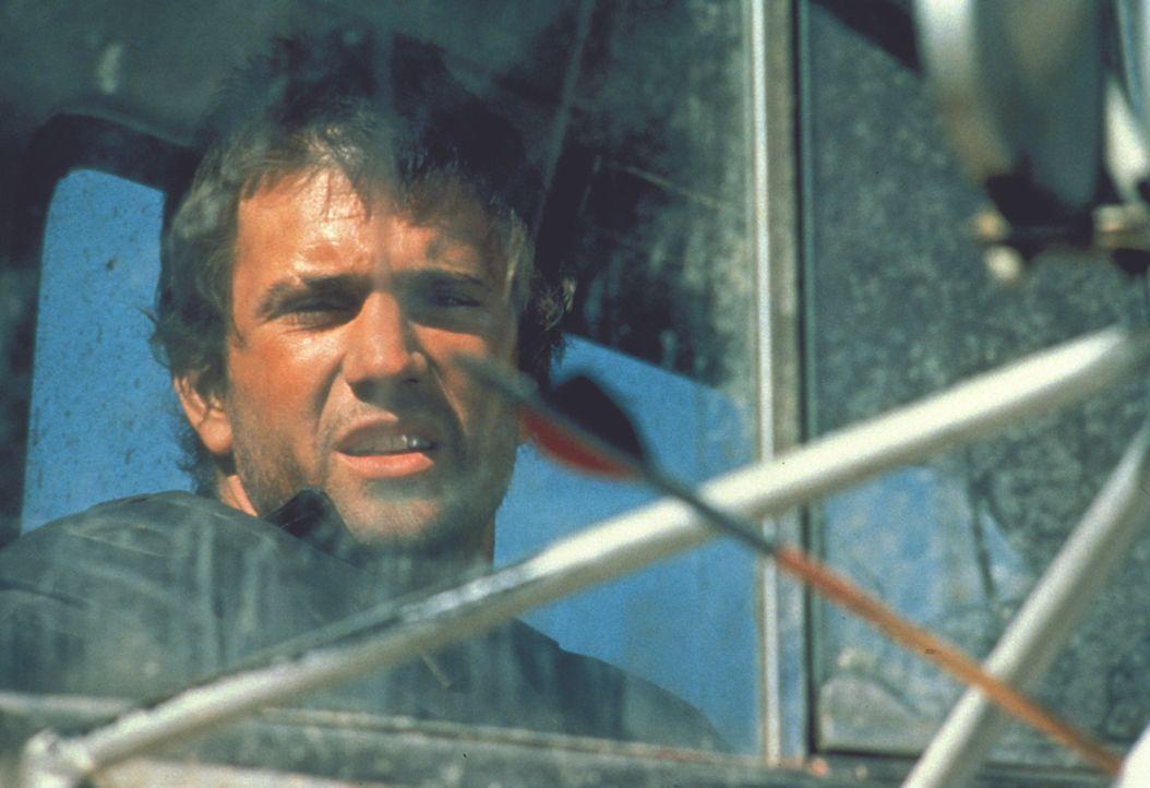 """Die Überlebenden einer Katastrophe liefern sich gnadenlose Kämpfe um die letzten Treibstoffreserven der Erde. """"Mad Max"""" (Mel Gibson) verteidigt den... - Bildquelle: Warner Bros."""