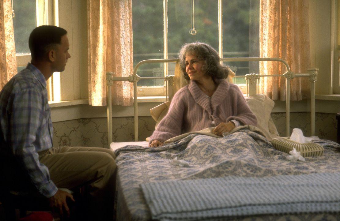 Von seiner Mutter (Sally Field, r.) rückhaltlos unterstützt, macht sich der geistig ein wenig zurückgebliebene Forrest Gump (Tom Hanks, l.) daran... - Bildquelle: Paramount Pictures