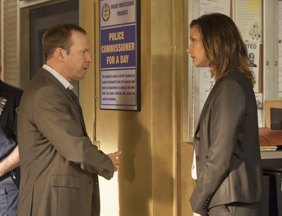 Der Fall der erschossenen Braut geht Danny (Donnie Wahlberg, l.) persönlich nahe. Dennoch kann Erin (Bridget Moynahan, r.) eigentlich nicht verantwo... - Bildquelle: Jojo Whilden 2012 CBS Broadcasting Inc. All Rights Reserved.