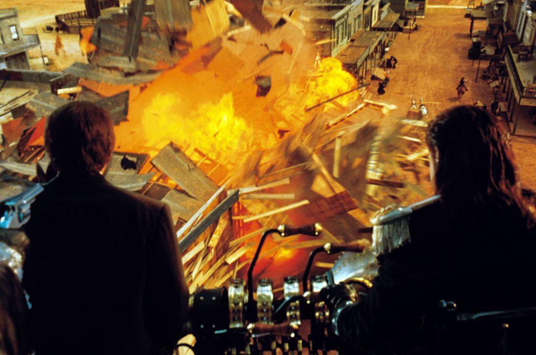 Erst spät können Artemus, Jim West und Rita Dr. Loveless (Kenneth Branagh, l.) stoppen ... - Bildquelle: Warner Bros. Pictures