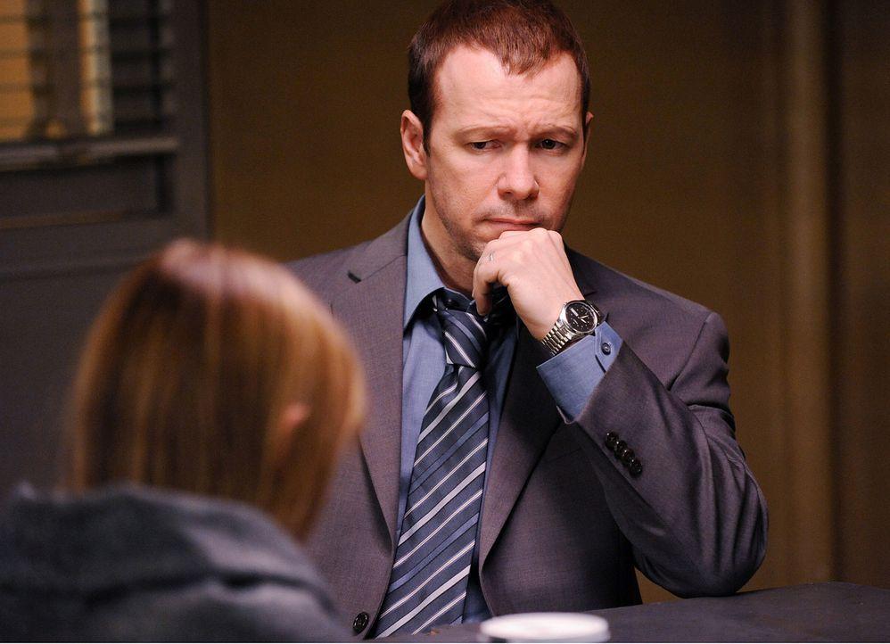 Hat Chloe (Ryann Shane, l.) ihre eigene Entführung wirklich nur vorgetäuscht? Danny Reagan (Donnie Wahlberg, r.) versucht das in einem Gespräch mit... - Bildquelle: 2010 CBS Broadcasting Inc. All Rights Reserved