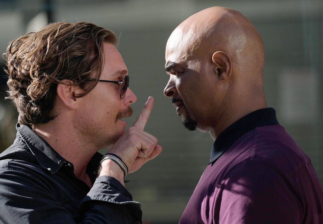 Nach einem Schusswechsel mit dem Drogenkartell, kann Murtaugh (Damon Wayans, r.) seinen Partner Riggs (Clayne Crawford, l.) schließlich überzeugen,... - Bildquelle: Warner Brothers