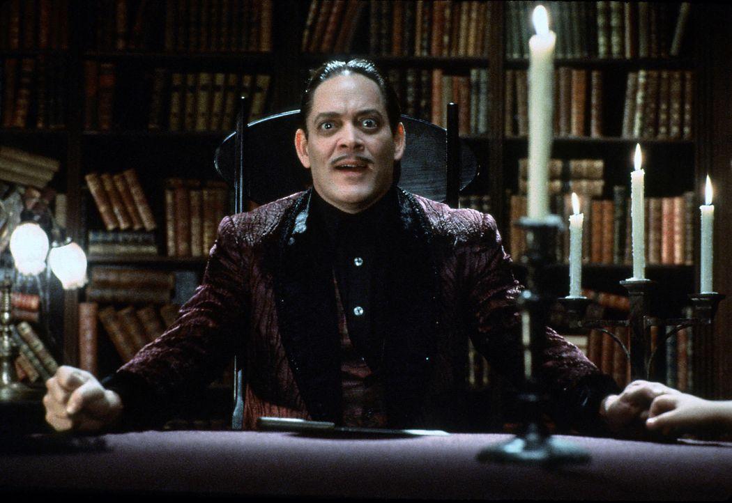 Als Gomez (Raul Julia) erfährt, dass Fester gar nicht sein Bruder ist, rastet er total aus ... - Bildquelle: Paramount Pictures Global