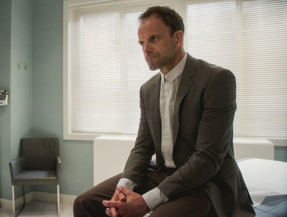 Sherlock Holmes (Jonny Lee Miller) ist sehr frustriert über seine langsame Genesung. Kann er trotzdem seinen neuen Fall lösen? - Bildquelle: 2017 CBS Broadcasting Inc. All Rights Reserved.