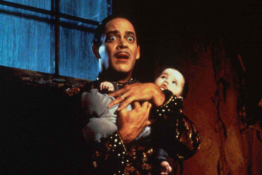 Die schrecklich selbstbewußte Debbie jagt Gomez Addams (Raul Julia, oben) und seinem kleinen Sohn Pubert (Kaitlyn Hooper, unten) einen gewaltigen S... - Bildquelle: Paramount Pictures