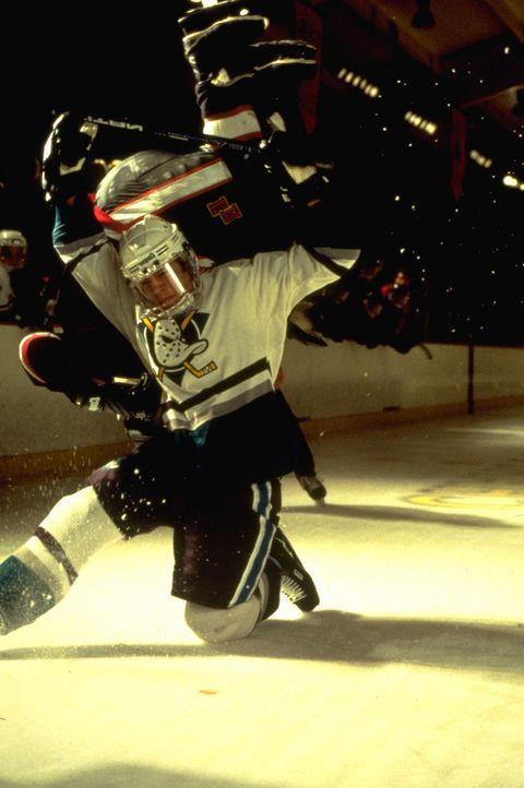 """Als die Gewinnsträhne abreißt, erwägt das College, den Mitgliedern des """"Mighty Ducks""""-Teams die Stipendien abzuerkennen. Da erweist sich Trainer... - Bildquelle: Disney.  All Rights Reserved."""