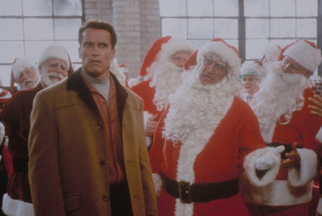Um seinen Sohn nicht wieder zu enttäuschen, unternimmt Howard Langston (Arnold Schwarzenegger, l.) alles was er kann ... - Bildquelle: 1996 Twentieth Century Fox Film Corporation. All rights reserved.