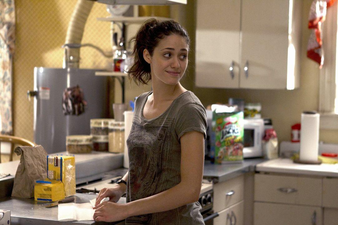 Um Lip wieder in die Schule zurückzubringen, geht Fiona (Emmy Rossum) einen Deal ein, den sie neben der alltäglichen Haushaltsarbeiten nur hart halt... - Bildquelle: 2010 Warner Brothers