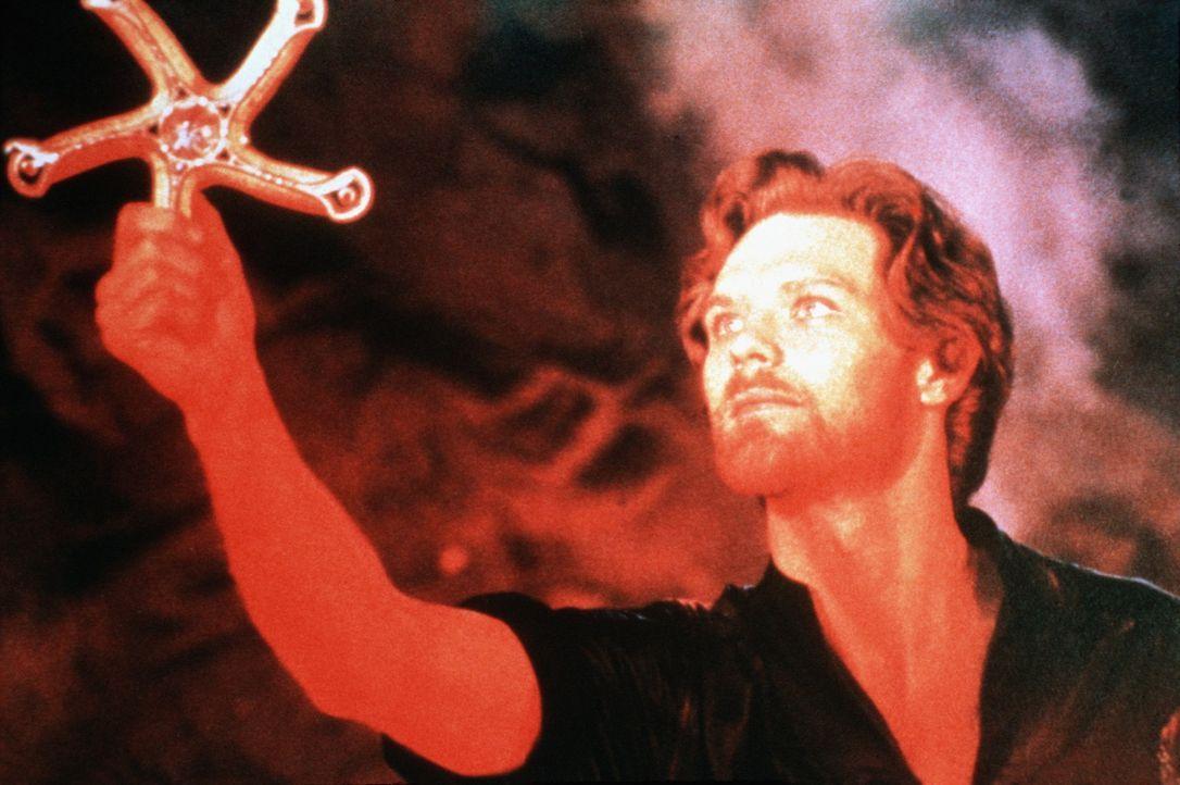 Prinz Colwyn (Ken Marshall) hält die magische Waffe, ein Wurfschwert mit fünf Klingen, in Händen ... - Bildquelle: Columbia Pictures