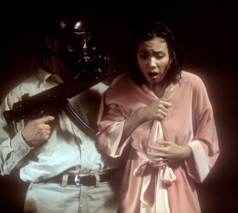 Die chinesische Mafia hat es auf die schöne Kim (Lexa Doig, r.) abgesehen, deren Schicksal nun von ihrem Ex-Freund abhängt ... - Bildquelle: 2000  MUSE PRODUCTIONS (TRACKER) INC.