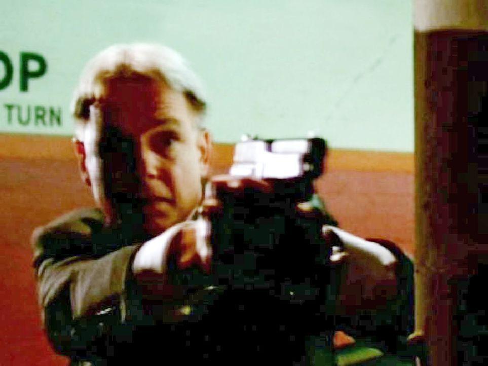 Gibbs (Mark Harmon) gibt McGee Feuerschutz ... - Bildquelle: CBS Television