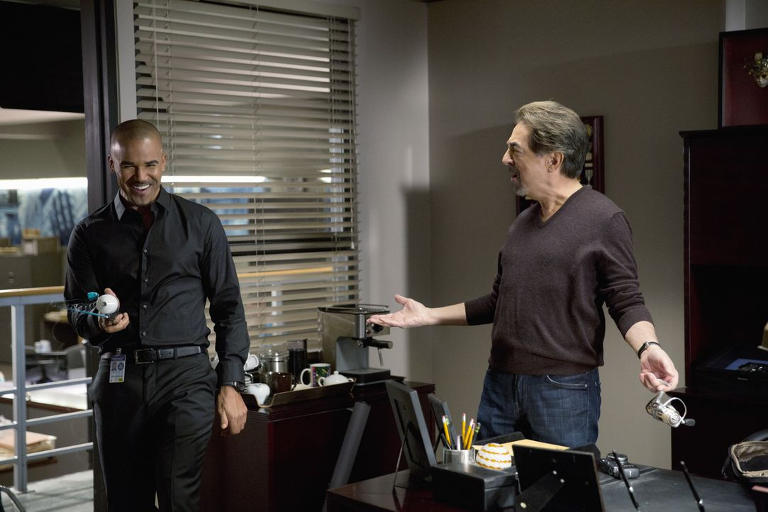 Ahnen noch nicht, was noch auf sie zukommen wird: Derek (Shemar Moore, l.) und Rossi (Joe Mantegna, r.) ... - Bildquelle: Cliff Lipson 2015 American Broadcasting Companies, Inc. All rights reserved. / Cliff Lipson