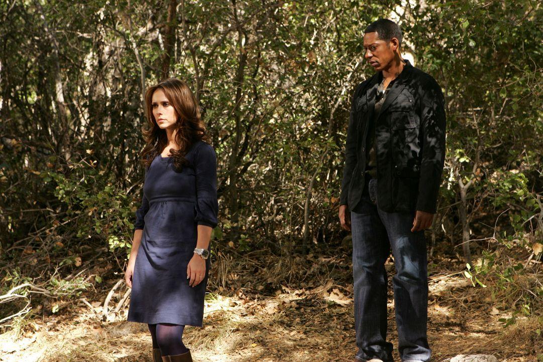 Auf der Suche nach der vermissten Sydney: Casey (Orlando Jones, r.) und Melinda (Jennifer Love Hewitt, l.) - Bildquelle: ABC Studios