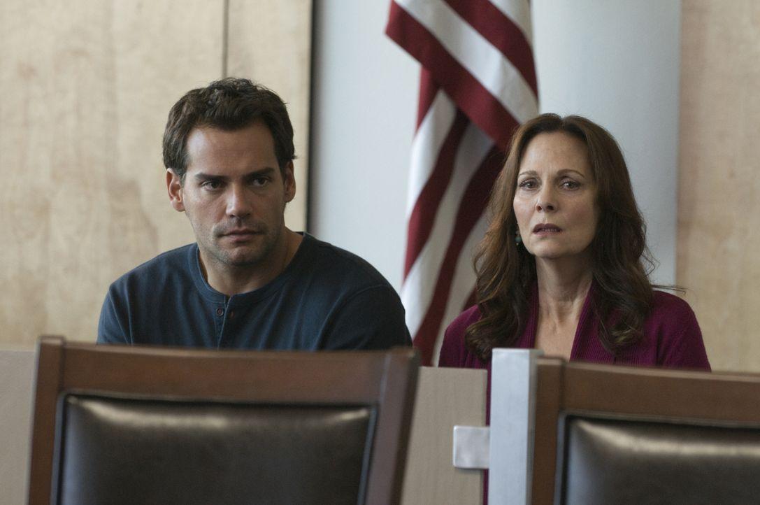Mary ist am Boden zerstört, als bei ihrer Verhandlung herauskommt, was Jinx (Lesley Ann Warren, r.) und Raphael (Christian de la Fuente, l.) getan h... - Bildquelle: USA Network
