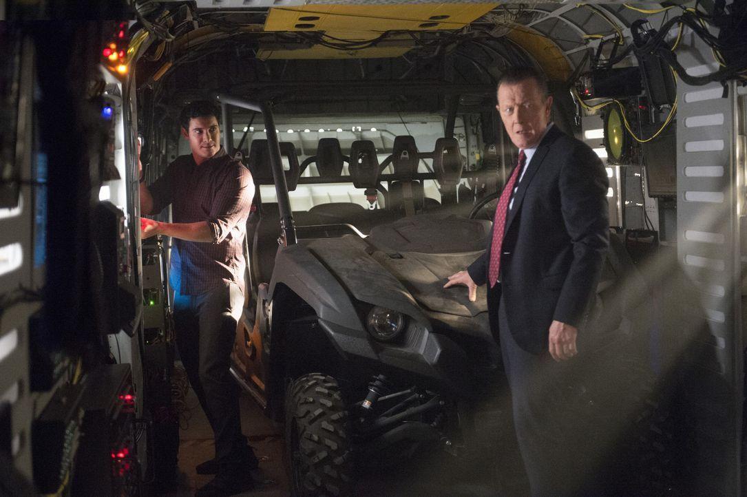 Müssen dem CIA helfen, ein Flugzeug in der Area 51 zu finden: Walter (Elyes Gabel, l.), Cabe (Robert Patrick, r.) und das restliche Scorpion Team ... - Bildquelle: Neil Jacobs 2015 CBS Broadcasting, Inc. All Rights Reserved.