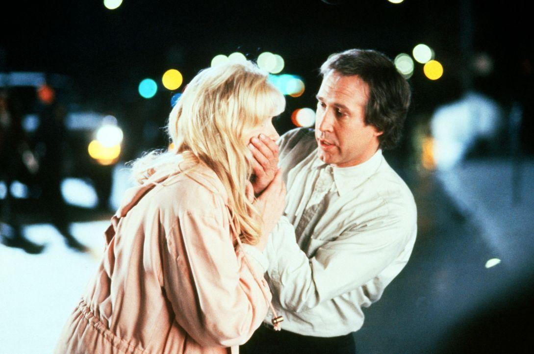 Als Alice Monroe (Daryl Hannah, l.) Nick Halloway (Chevy Chase, r.) kennen lernt, ist er ein charmanter Mann, der das Leben von der leichten Seite n... - Bildquelle: Warner Bros.